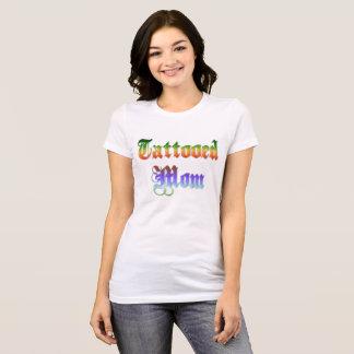 Maman de Tattoed dans la chemise des textes de T-shirt
