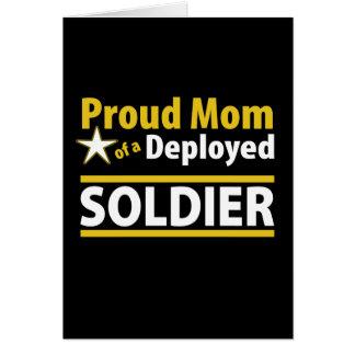 Maman fière d'une carte déployée de soldat