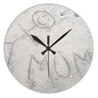 Maman sur prendre un bain de soleil de femme de grande horloge ronde