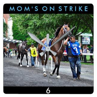 Mamans en grève horloge carrée