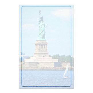 Manhattan - voilier par la statue de la liberté papier à lettre customisé
