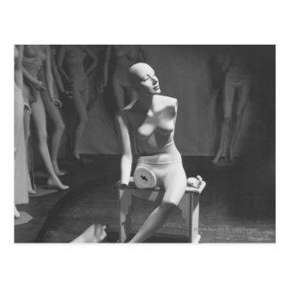 Mannequin la jambe et le bras étant coupés carte postale