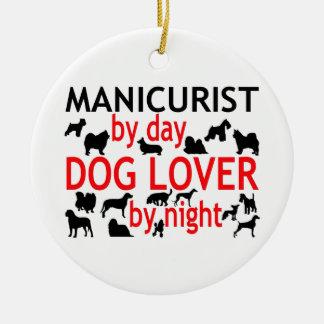 Manucure par l'amoureux des chiens de jour par ornement rond en céramique