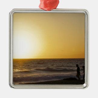 Marche au coucher du soleil ornement carré argenté