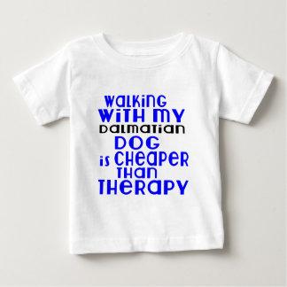 Marche avec mes conceptions dalmatiennes de chien t-shirt pour bébé