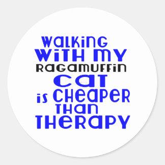 Marche avec mes conceptions de chat de va-nu-pieds sticker rond
