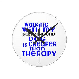Marche avec mes conceptions de chien de Basset Horloge Ronde