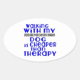 Marche avec mon chien standard De de Manchester Sticker Ovale
