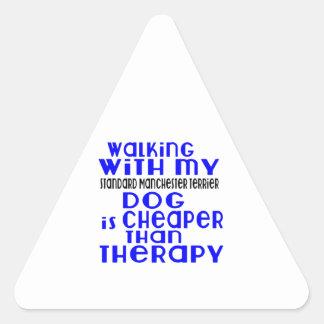 Marche avec mon chien standard De de Manchester Sticker Triangulaire