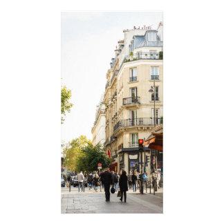 Marche par une rue parisienne photocarte