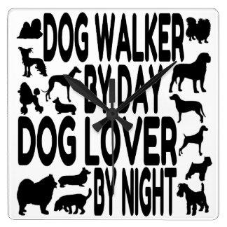 Marcheur de chien d'amoureux des chiens horloge carrée