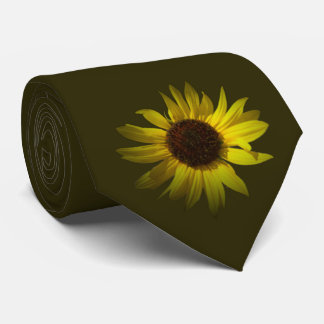 Marguerite jaune sur la cravate vert-foncé