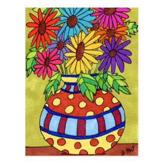 Marguerites d'arc-en-ciel dans le vase à carte postale