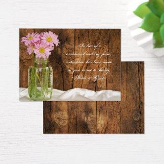 Marguerites de rose de pot de maçon épousant la cartes de visite