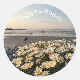 Marguerites et surfers sur la plage de Higgins Sticker Rond