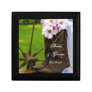 Marguerites roses rustiques et épouser de bottes petite boîte à bijoux carrée