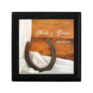 Mariage de grange de pays de fer à cheval et de petite boîte à bijoux carrée