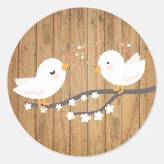Mariage en bois de Brown de perruches blanches Sticker Rond