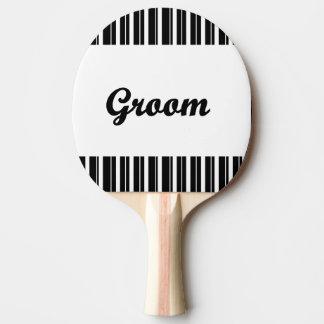 marié avec les rayures noires et blanches raquette de ping pong