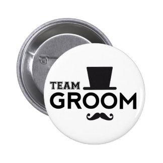 Marié d'équipe avec le casquette et la moustache badge