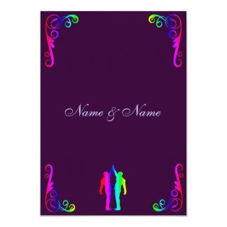 Marié et marié - arc-en-ciel et mariage pourpre carton d'invitation  12,7 cm x 17,78 cm