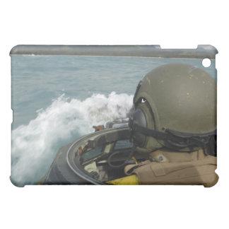 Marine des USA conduisant un véhicule d'assaut Coque iPad Mini