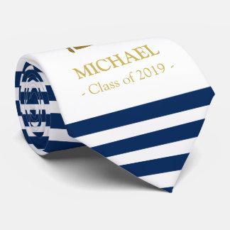 Marine élégante et cravate d'obtention du diplôme