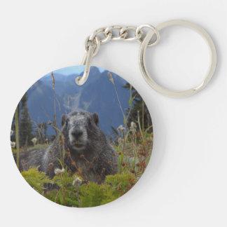 Marmot dans le paradis porte-clé rond en acrylique double face