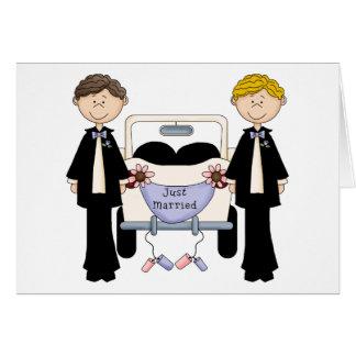 Masculin gai épousant juste le tee - shirt et les carte de vœux