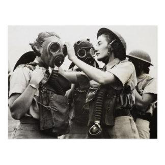 Masques de gaz de port de WAAF Carte Postale