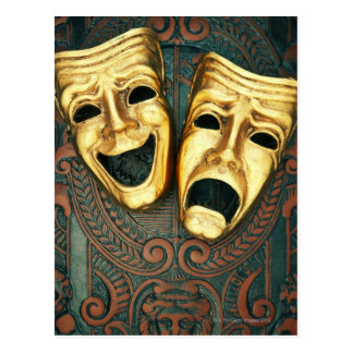 Masques d'or de comédie et de tragédie sur modelé carte postale