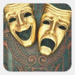 Masques d'or de comédie et de tragédie sur modelé sticker carré