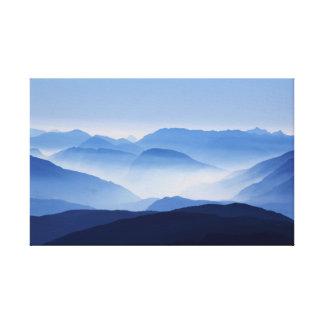 Matin coloré magnifique de montagne brumeuse toile
