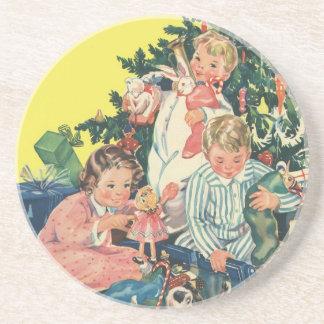 Matin de Noël vintage, enfants ouvrant des cadeaux Dessous De Verres