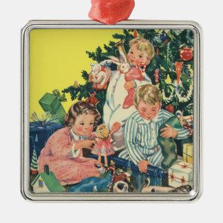 Matin de Noël vintage, enfants ouvrant des cadeaux Ornement Carré Argenté