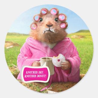 Matin Groundhog avec le beignet et le café de Sticker Rond
