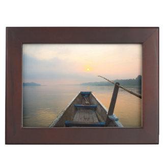 Matin outre du lac avec le bateau boîtes à souvenirs