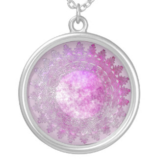 Mauve de lumière avec le collier rose de napperon