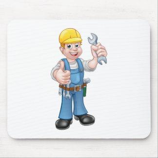 Mécanicien ou plombier avec la clé tapis de souris