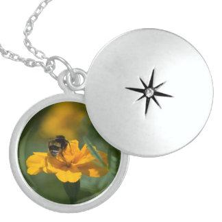 Médaillon Avec Fermoir abeille sur la fleur jaune
