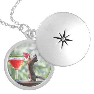 Médaillon Avec Fermoir Écureuil buvant un cocktail à l'heure heureuse
