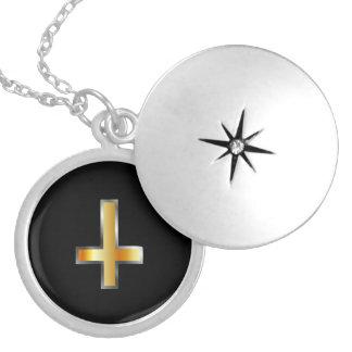 Médaillon Avec Fermoir Une croix inversée la croix de St Peter