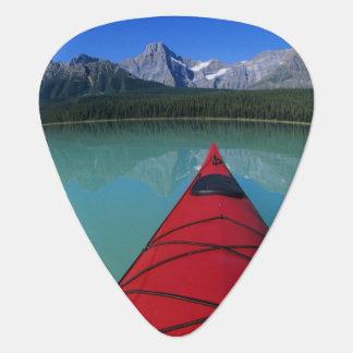 Médiators Kayaking sur le lac waterfowl au-dessous de la