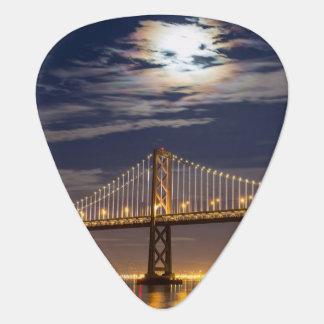 Médiators La lever de la lune ce soir au-dessus du pont de
