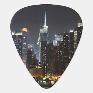 Médiators La lune se lève au-dessus du Midtown New York.