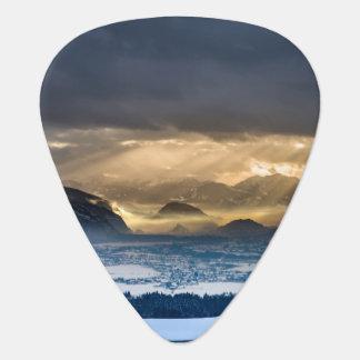 Médiators Montagnes couvertes de la glace avec le ciel foncé