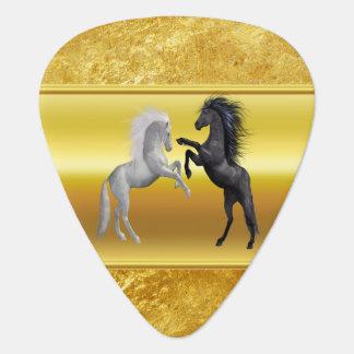Médiators Noir et un cheval blanc qui combattent
