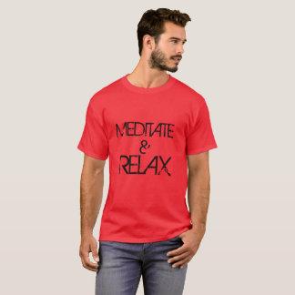 Méditez et détendez le T-shirt foncé de base des