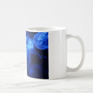 Méduses au néon bleues mug