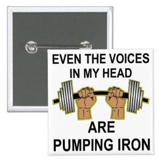 Même les voix dans ma tête pompent le fer pin's avec agrafe